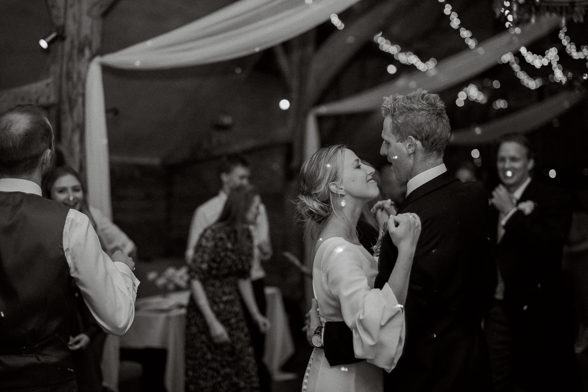 Oxfordshire wedding venue lains barn for wedding reception